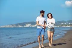 Couples heureux de chute d'automne montrant avec les bras tendus Image libre de droits