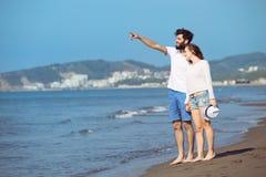 Couples heureux de chute d'automne montrant avec les bras tendus Images libres de droits