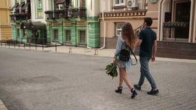 Couples heureux de datation appréciant des loisirs dehors clips vidéos