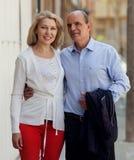 Couples heureux de famille étreignant ensemble Photos stock