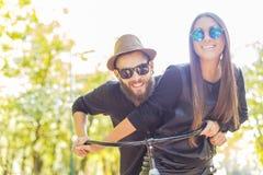Couples heureux de hippie photographie stock libre de droits