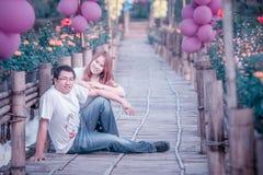 Couples heureux de l'Asie sur extérieur Image libre de droits