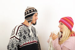Couples heureux de l'hiver dans l'amour Image libre de droits