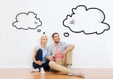 Couples heureux de l'homme et de la femme se déplaçant à la nouvelle maison photos libres de droits