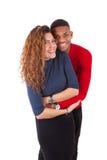 Couples heureux de métis étreignant au-dessus d'un fond blanc Photographie stock libre de droits