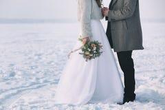 Couples heureux de mariage à l'extérieur Photographie stock
