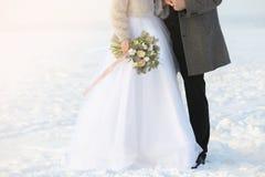 Couples heureux de mariage à l'extérieur Photos stock