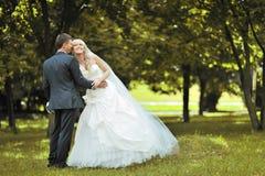 Couples heureux de mariage à l'extérieur Photos libres de droits
