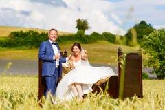 Couples heureux de mariage dans le domaine de blé Images libres de droits