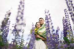 Couples heureux de mariage dans le lupin Photos stock