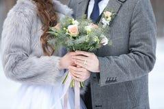 Couples heureux de mariage dehors le jour d'hiver Photo stock