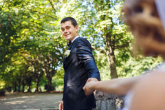 Couples heureux de mariage en parc Image stock
