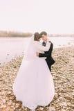 Couples heureux de mariage, rivière ordonnée face à face d'embrassement de jeunes mariés Images libres de droits