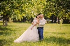 Couples heureux de mariage sur la nature Photos stock