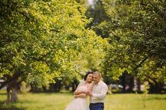 Couples heureux de mariage sur la nature Image stock