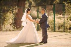 Couples heureux de mariage sur la nature Photographie stock libre de droits