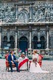 Couples heureux de mariage sur le dîner romantique Vieille architecture étonnante de Lviv sur le fond Photo stock