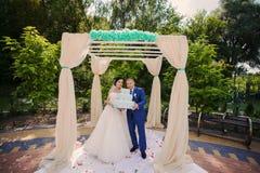 Couples heureux de mariage tenant des cadeaux Photo libre de droits