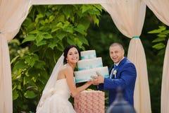 Couples heureux de mariage tenant des cadeaux Image libre de droits