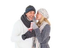 Couples heureux de mode d'hiver tenant des tasses Photos stock