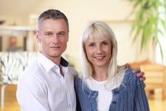 Couples heureux de Moyen Âge d'intérieur Image libre de droits