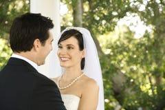 Couples heureux de nouveaux mariés Photo libre de droits