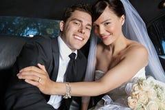 Couples heureux de nouveaux mariés photographie stock