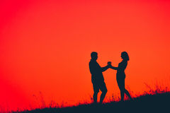 Couples heureux de silhouette dans l'amour Photos stock