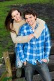 Couples heureux de sourire à l'extérieur Photos libres de droits
