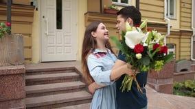 Couples heureux de sourire dans l'amour embrassant dehors banque de vidéos