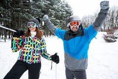 Couples heureux de sourire des vacances d'hiver Image stock