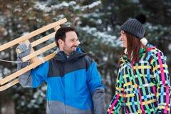 Couples heureux de sourire marchant par la forêt Images stock