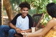Couples heureux de tennage passant le temps au caf? photo stock