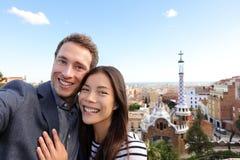 Couples heureux de voyage en parc Guell, Barcelone Photos stock