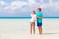 Couples heureux de Yong marchant sur la plage Images libres de droits