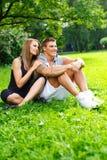 Couples heureux dehors Image libre de droits