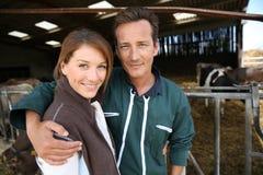 Couples heureux des éleveurs dans la grange Photo libre de droits