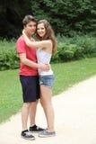 Couples heureux des adolescents s'étreignant Photos stock