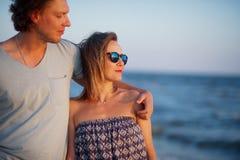Couples heureux des amants sur le bord de la mer Images libres de droits