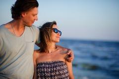 Couples heureux des amants sur le bord de la mer Photos libres de droits