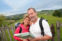 Couples heureux des personnes retraitées en voyage images stock