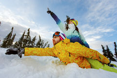 Couples heureux des surfeurs ayant l'amusement Photos libres de droits
