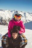 Couples heureux des surfeurs dans les montagnes alpines Image stock
