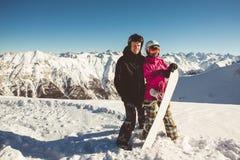 Couples heureux des surfeurs dans les montagnes alpines Images stock