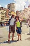 Couples heureux des touristes appréciant leur voyage Image stock
