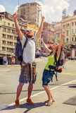 Couples heureux des touristes appréciant leur voyage Images libres de droits