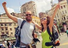 Couples heureux des touristes appréciant leur voyage Photographie stock