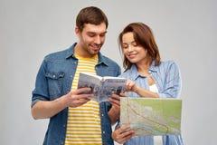 Couples heureux des touristes avec le guide et la carte de ville image libre de droits