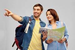 Couples heureux des touristes avec le guide et la carte de ville image stock