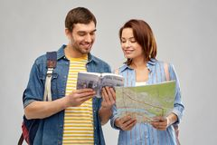 Couples heureux des touristes avec le guide et la carte de ville photo stock
